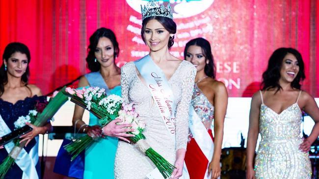Najah Ghamrawi (centre) winning the 2016 Miss Lebanon Emigrant Australia contest.