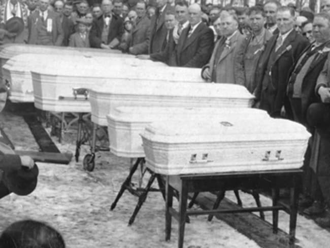 A crowd gathered at the funeral of the slain Lawson family in Germanton, North Carolina, in 1929.