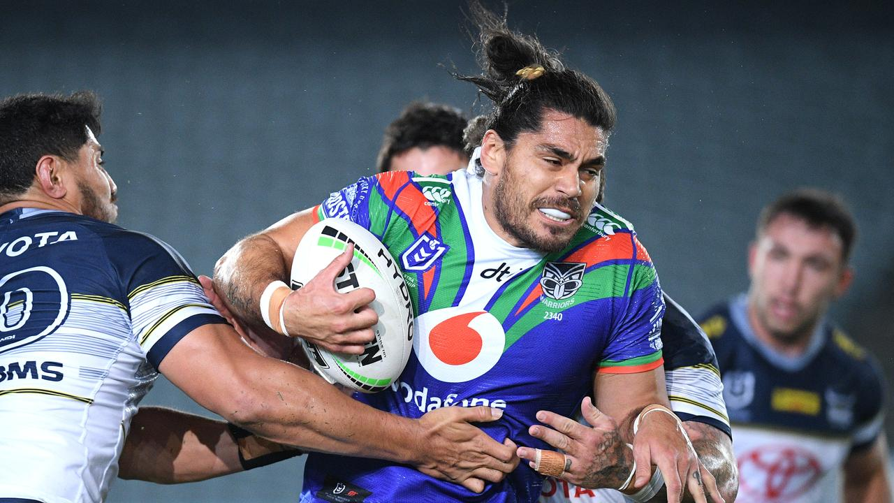 Tohu Harris of the Warriors is tackled by Jason Taumalolo
