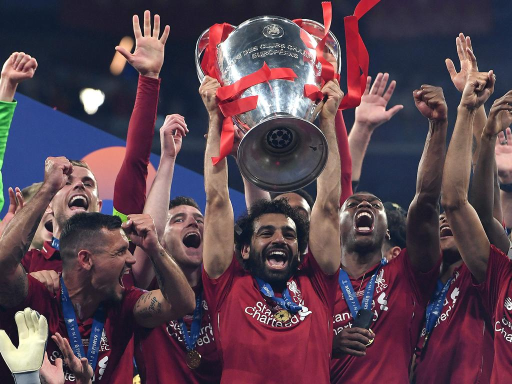 TOPSHOT - Liverpool's Egyptian forward Mohamed Salah (C) raises the European Champion Clubs' Cup as he celebrates with teammates winning the UEFA Champions League final football match between Liverpool and Tottenham Hotspur at the Wanda Metropolitano Stadium in Madrid on June 1, 2019. (Photo by Paul ELLIS / AFP)