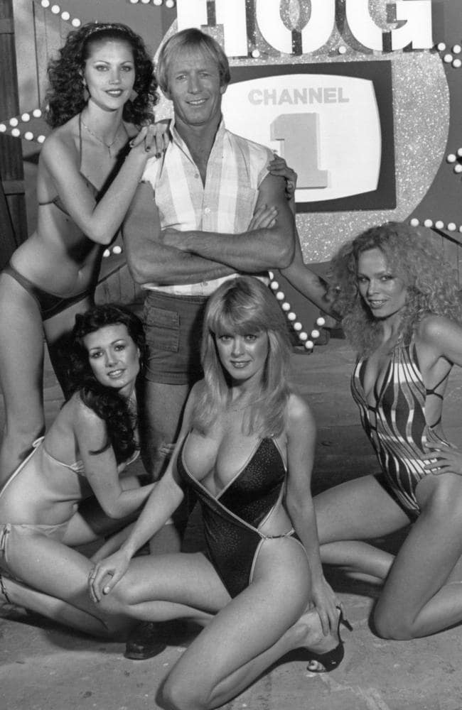 Hogan poses with models on the set of TV hit the  <i>Paul Hogan Show</i>.