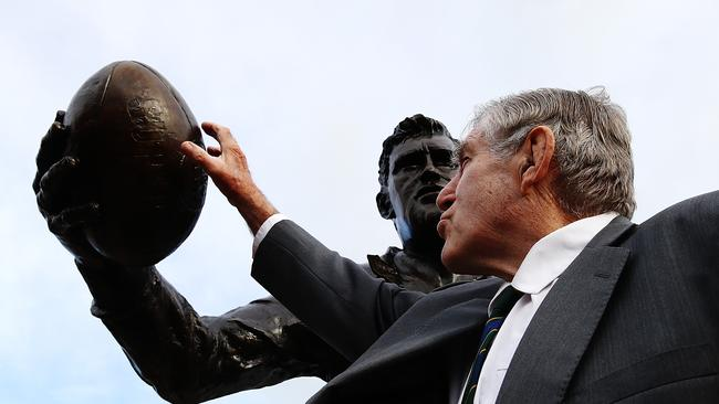 Former All Blacks player Sir Colin Meads has been honoured with a statue in his home town.