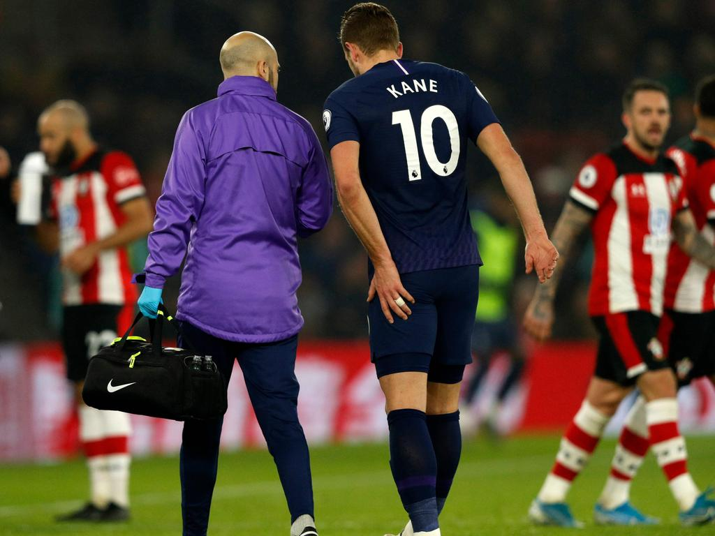 Tottenham Hotspur's English striker Harry Kane (C) leaves the pitch having picked up an injury during the English Premier League football match between Southampton and Tottenham at St Mary's Stadium in Southampton, southern England on January 1, 2020. (Photo by Adrian DENNIS / AFP) / RESTRICTED TO EDITORIAL USE. No use with unauthorized audio, video, data, fixture lists, club/league logos or 'live' services. Online in-match use limited to 120 images. An additional 40 images may be used in extra time. No video emulation. Social media in-match use limited to 120 images. An additional 40 images may be used in extra time. No use in betting publications, games or single club/league/player publications. /