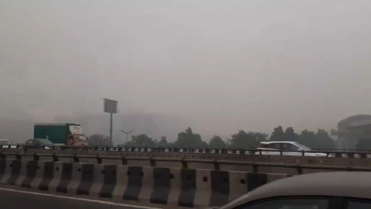 Smog Shrouds Delhi as Authorities in India Warn of 'Hazardous' Air Quality
