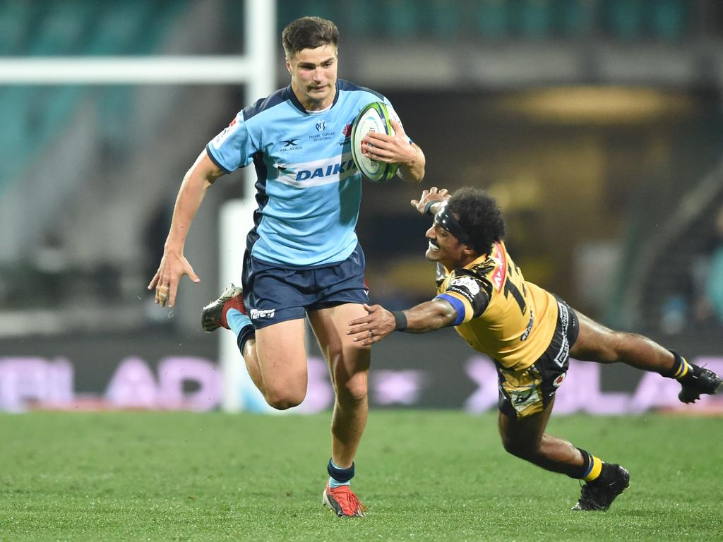 Waratahs player Jack Maddox (L) avoids a tackle by Western Force player Marcel Brache (R) during the Super Rugby match between Australia's Waratahs and Western Force in Sydney on July 11, 2020. (Photo by PETER PARKS / AFP) / -- IMAGE RESTRICTED TO EDITORIAL USE - STRICTLY NO COMMERCIAL USE --