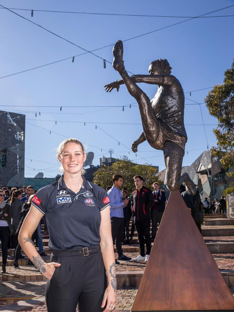 Tayla Harris and her statue. (Photo by Wayne Taylor/Getty Images)