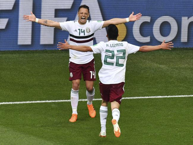 Mexico's forward Javier Hernandez (L) celebrates scoring their second goal with Mexico's forward Hirving Lozano (R). / AFP PHOTO / PASCAL GUYOT