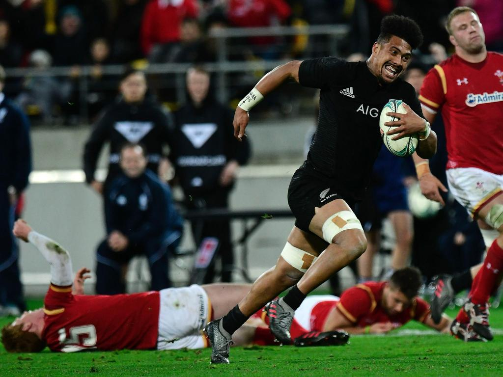 New Zealand's Ardie Savea (centre R) runs in a try past Josh Turnbull (R) and Matt Morgan (bottom L) of Wales during the rugby Test match between the New Zealand All Blacks and Wales in Wellington on June 18, 2016. / AFP PHOTO / Marty Melville