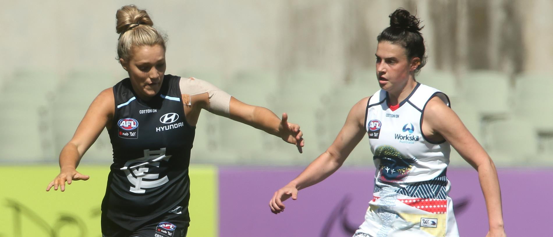 Jess Hosking of the Blues (left) contests with Eloise Jones of the Crows during the Round 2 AFLW match between Carlton and the Adelaide Crows at Ikon Park in Melbourne, Sunday, February 10, 2019. (AAP Image/Hamish Blair) NO ARCHIVING, EDITORIAL USE ONLY