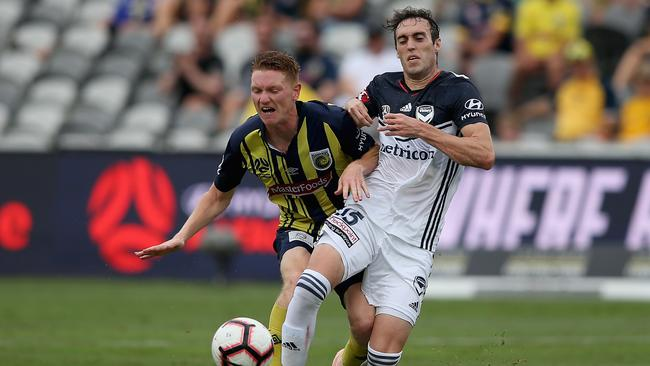Raul Baena of Melbourne Victory contests the ball against Kye Rowles of the Central Coast Mariners. (Photo by Ashley Feder/Getty Images)