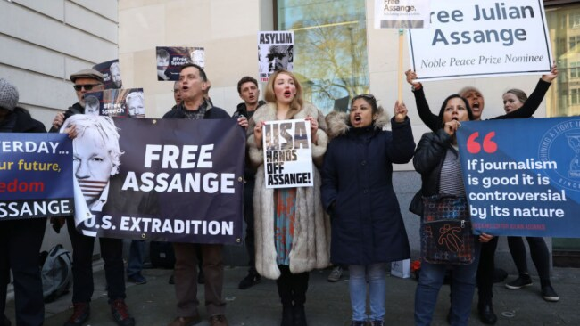 Crowds outside a London court protest Assange's innocence. Source: Getty Images