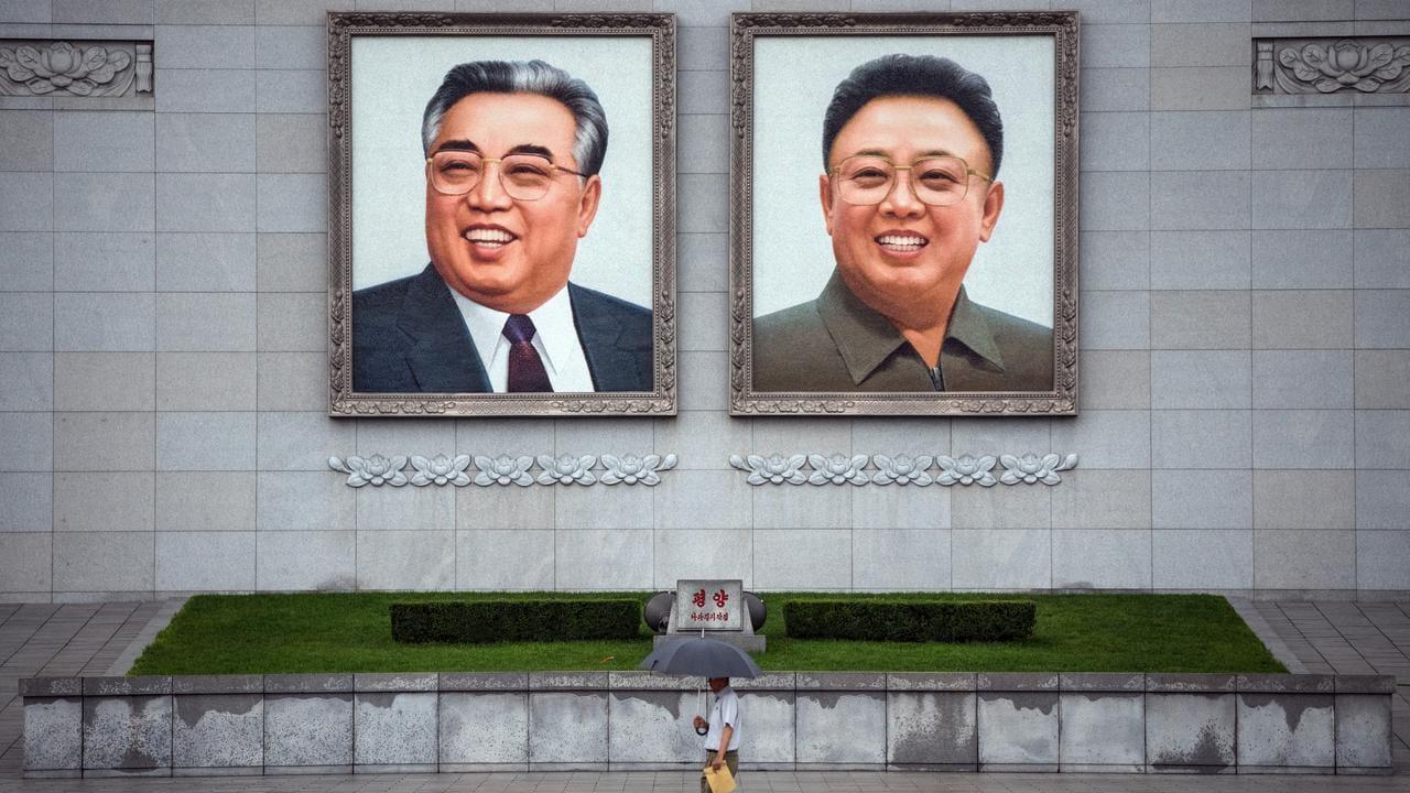 Des portraits massifs du «Grand Leader» et du «Cher Leader» étaient au-dessus de l'entrée du parcours de golf, comme ils le sont dans tous les lieux publics.