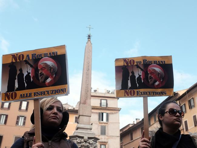 Demonstrators protest against Iranian President Hassan Rouhani 's visit in front of the pantheon in Rome. (AFP/Alberto pizzoli).