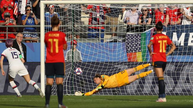 Megan Rapinoe blasts home USA's second penalty against Spain.