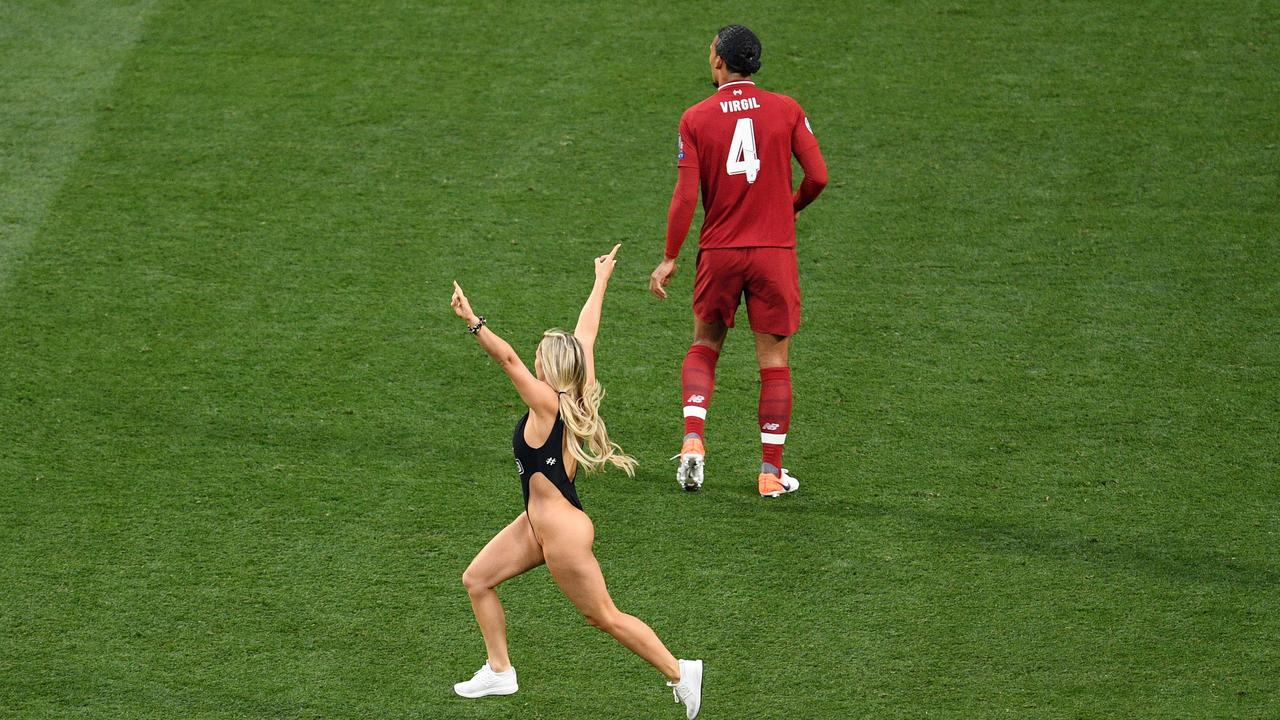 Champions League Final Pitch Invader Streaker Video Pictures Liverpool Vs Tottenham Updates Fox Sports