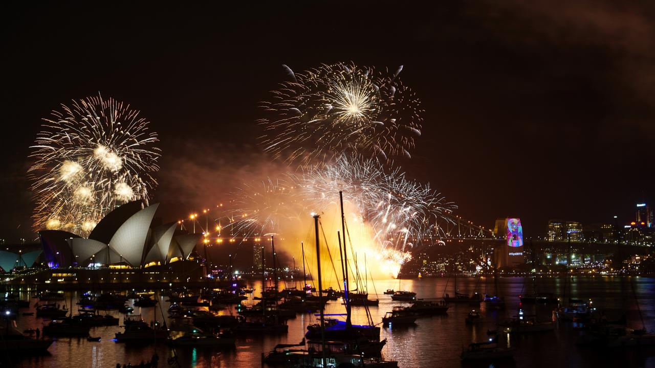 New Year S Eve 2018 9pm Sydney Fireworks Light Up The Harbour