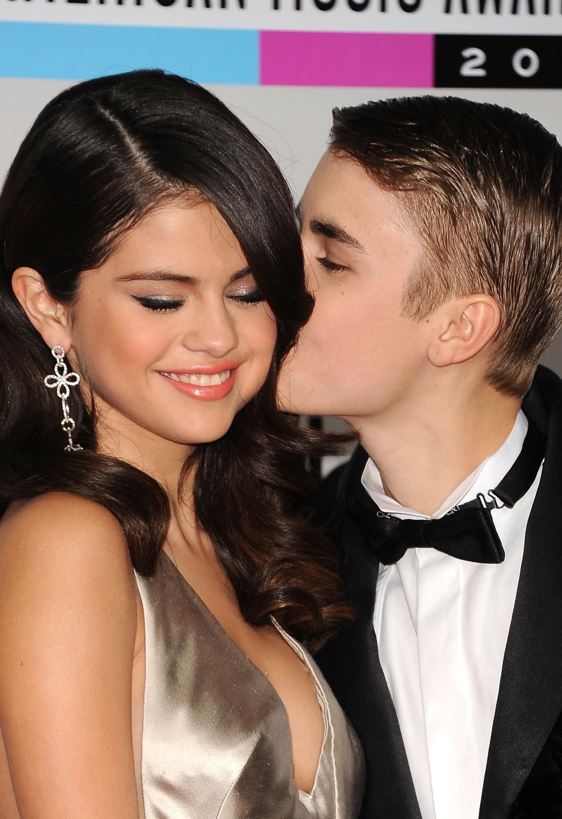 Justin bieber and selena gomez kissing in the bathroom