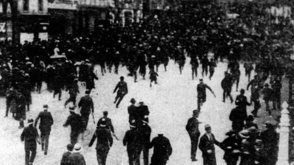 Thousands of people flock into the city of Melbourne following riots & looting after Victorian police officers walked off the job on strike.