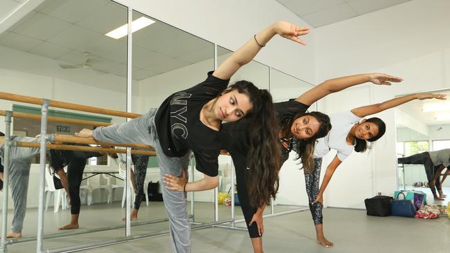 Les habitants Mahima Mahesh (16 ans), Shristhi Ranjith (19 ans) et Sraavya Divi (21 ans) lors de spectacles de danse à Southport pour la nouvelle production de Meera, une histoire d'amour indienne adaptée pour la scène.  Image: Glenn Hampson