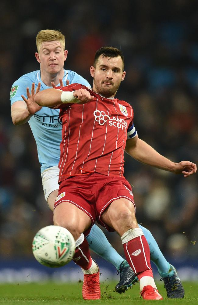 Bristol City's Australian defender Bailey Wright (R) vies with Manchester City's Belgian midfielder Kevin De Bruyne
