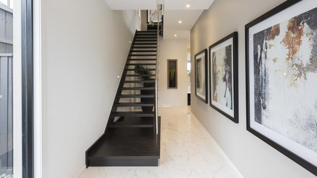 An open staircase and white reflective tiles give a bright first impression.