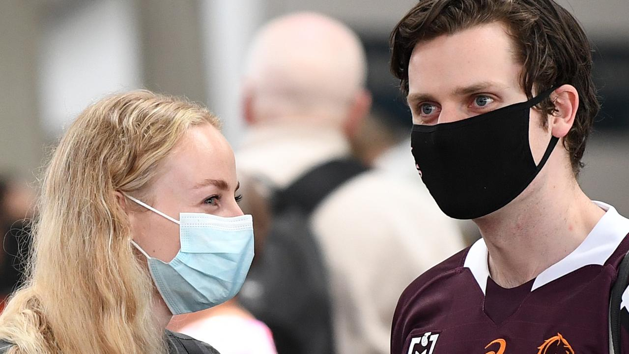 Travellers change flights to avoid Sydney as virus cluster grows thumbnail