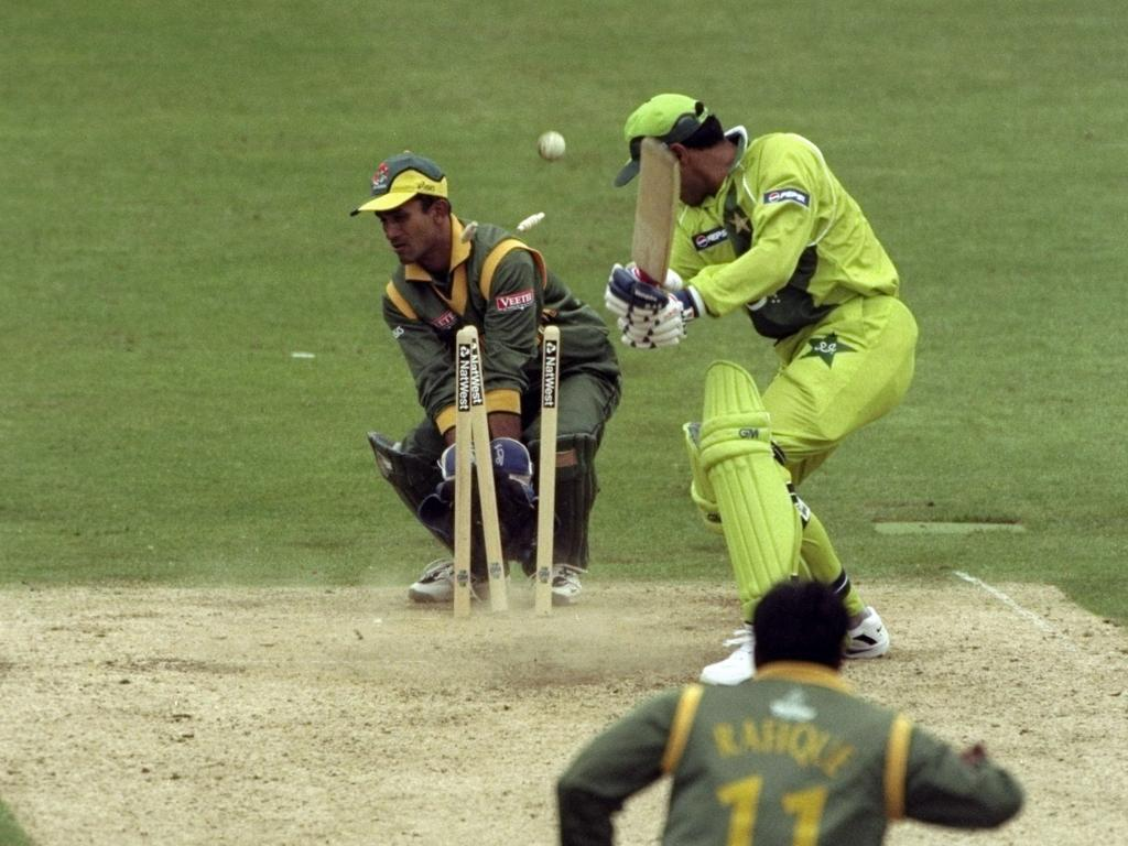 Waqar Younis is bowled out by Mohammed Raffique as Bangladesh win in 1999.