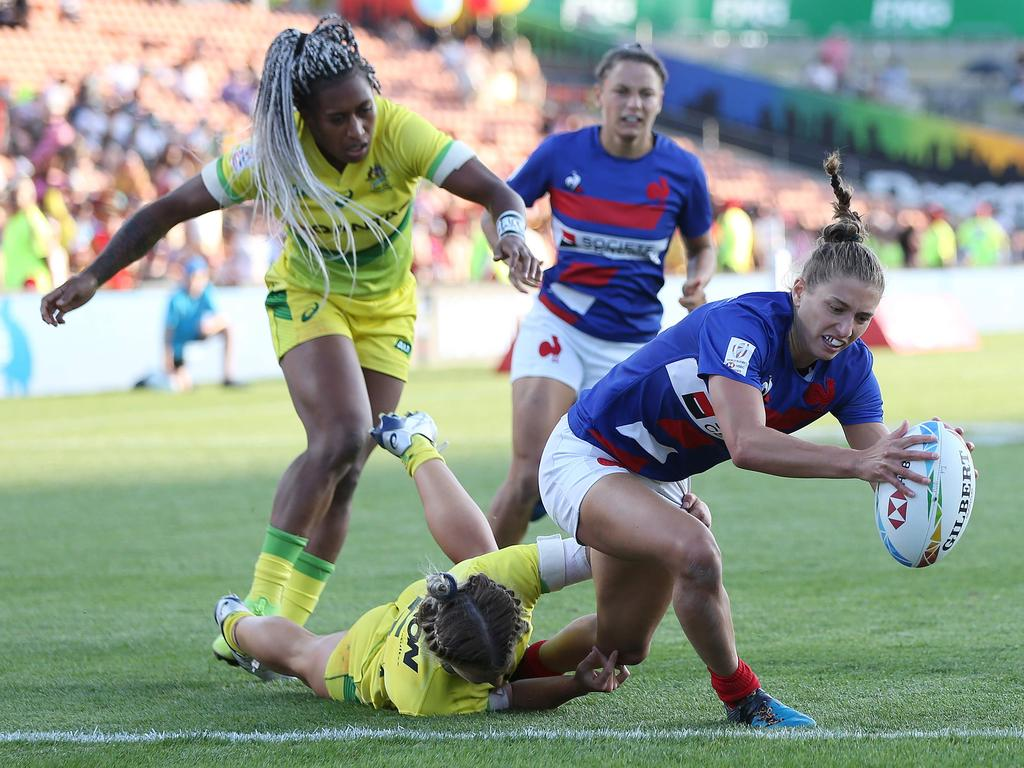 France's Lina Guerin (R) dives in for a try as Australia's Ellia Green (L) looks on during the women's rugby bronze medal match between France and Australia during day two of the World Rugby Sevens series at FMG Stadium in Hamilton on January 26, 2020. (Photo by MICHAEL BRADLEY / AFP)