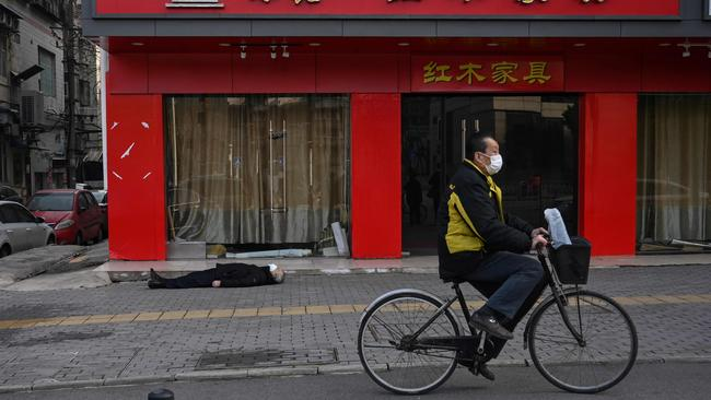 An elderly man collapsed and died near a hospital in Wuhan. Picture: Hector Retamal/AFP
