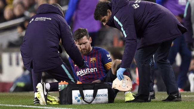 Messi receives medical treatment against Valencia.