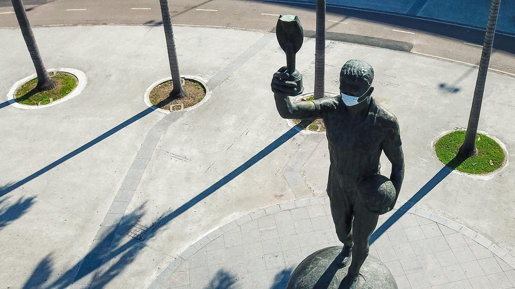 Bellini statue that has a mask during the coronavirus pandemic. Image: Buda Mendes / Getty Images