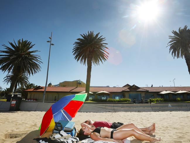 Melburnians will be sure to flock to the beach over the weekend. Picture: David Crosling
