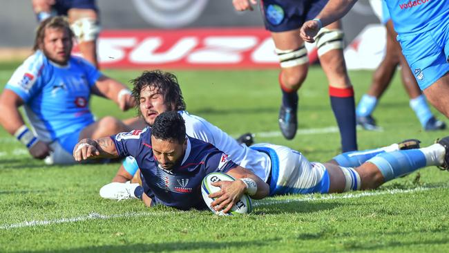 Rebels' Michael Ruru (C) scored the Rebels only try.