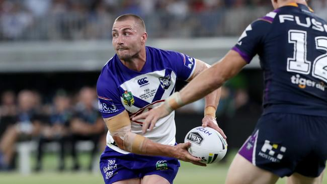 Kieran Foran of the Bulldogs passes the ball.
