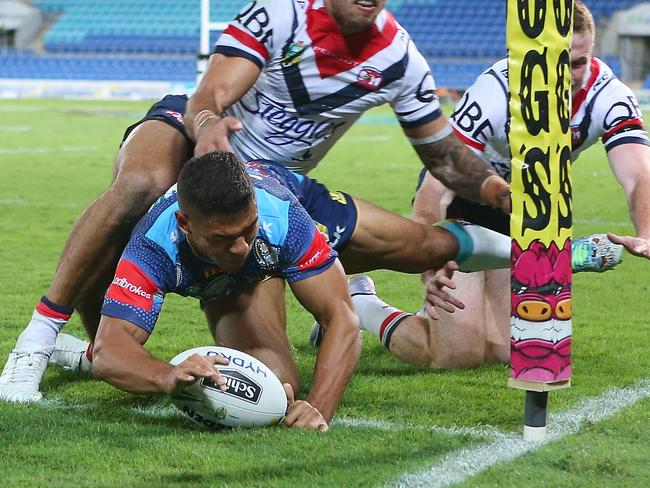 David Mead of the Titans scores a try.