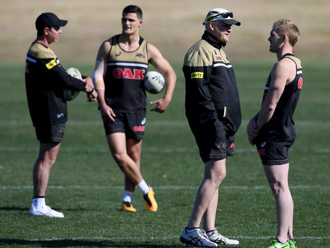 Greg Alexander talks to Nathan Cleary as coach Anthony Griffin speaks with Peter Wallace.