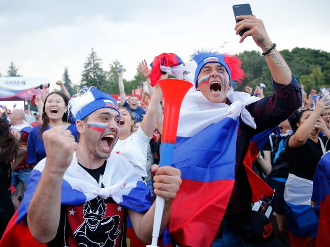 Russia fans react while watching a live telecast at the FIFA Fan Fest in Moscow / AFP PHOTO / Maxim ZMEYEV