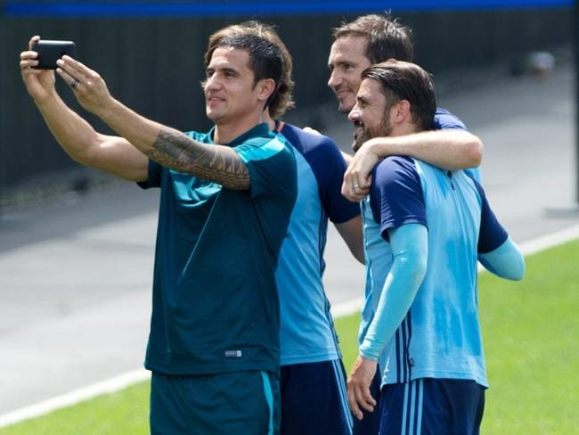 Tim Cahill takes a selfie with Pirlo, Lampard, Villa.