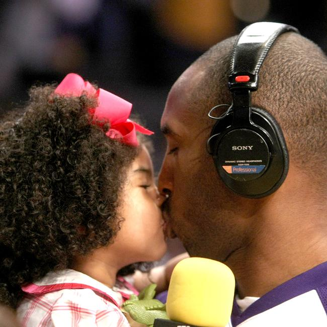 Kobe and Gianna during the 2009 season. (Photo by Stephen Dunn/Getty Images)