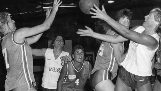 Playing for Nunawading. Michele Timms, centre.