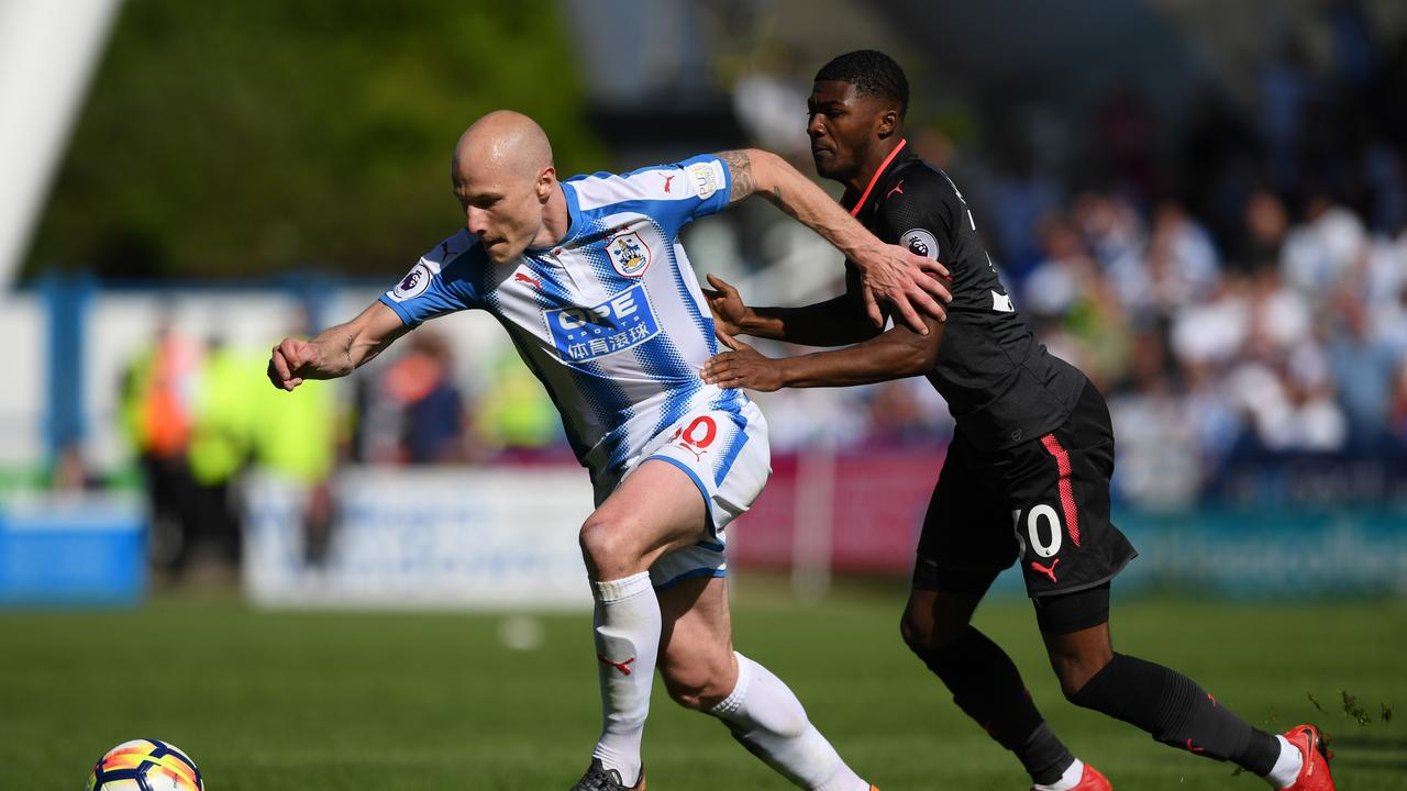 """Aaron Mooy of Huddersfield Town and Ainsley Maitland-Niles of Arsenal battle for possession  <a class=""""capi-image"""" capiid=""""00a01114c748e0f4d630b7dd0272be6f""""></a>"""